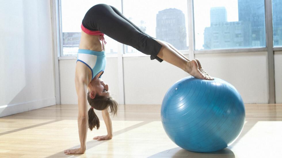 <strong>EFFEKTIVT:</strong> Å trene styrke med pilatesball gir svært gode resultater, hevder treningsekspertene. Men - den kan også brukes for å sprite opp sexlivet.  Foto: NTB Scanpix