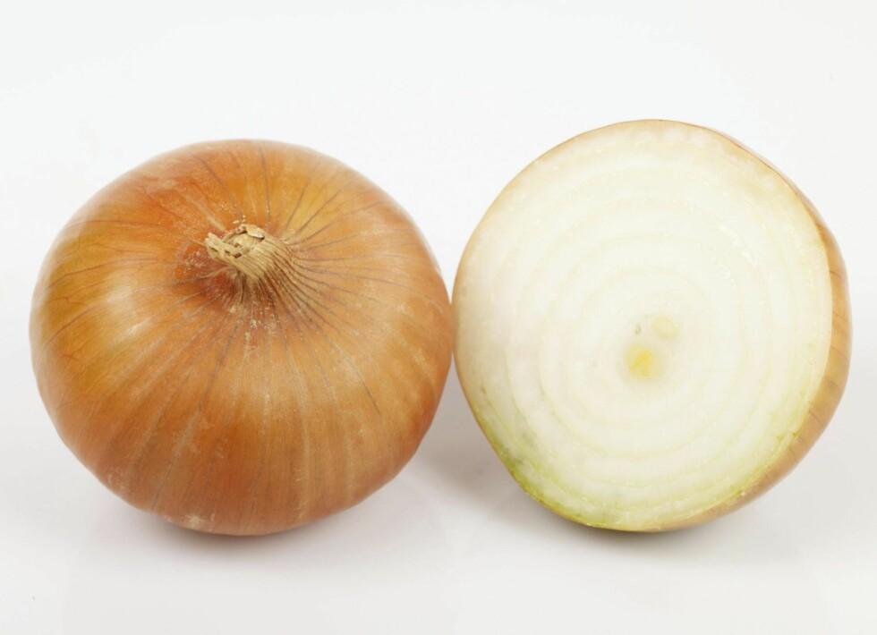 LØK: Løk kommer i flere farger og varianter og setter nydelig smak på mange retter. Foto: Opplysningskontoret for frukt og grønt.