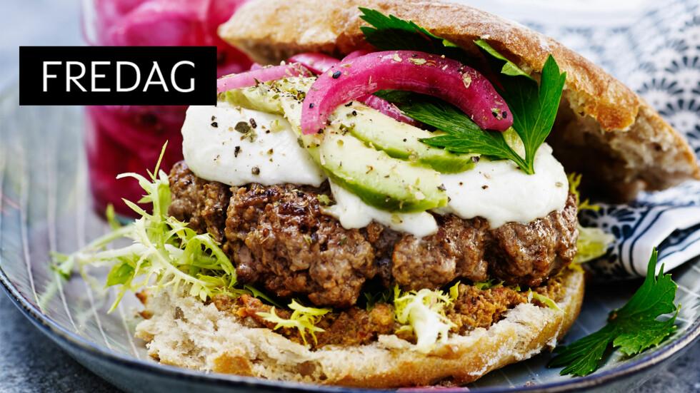 BURGER: Dette er en deilig kaféburger som får ekstra smak med tomatpesto og syltet rødløk. Foto: Line Falck