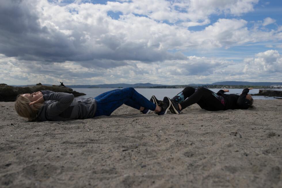 <strong>VARIER MAGEØVELSENE:</strong> Bytt ut tradisjonelle sit-ups med denne varianten, som du kan gjøre med en venn.  Foto: Lars Erik Bakken