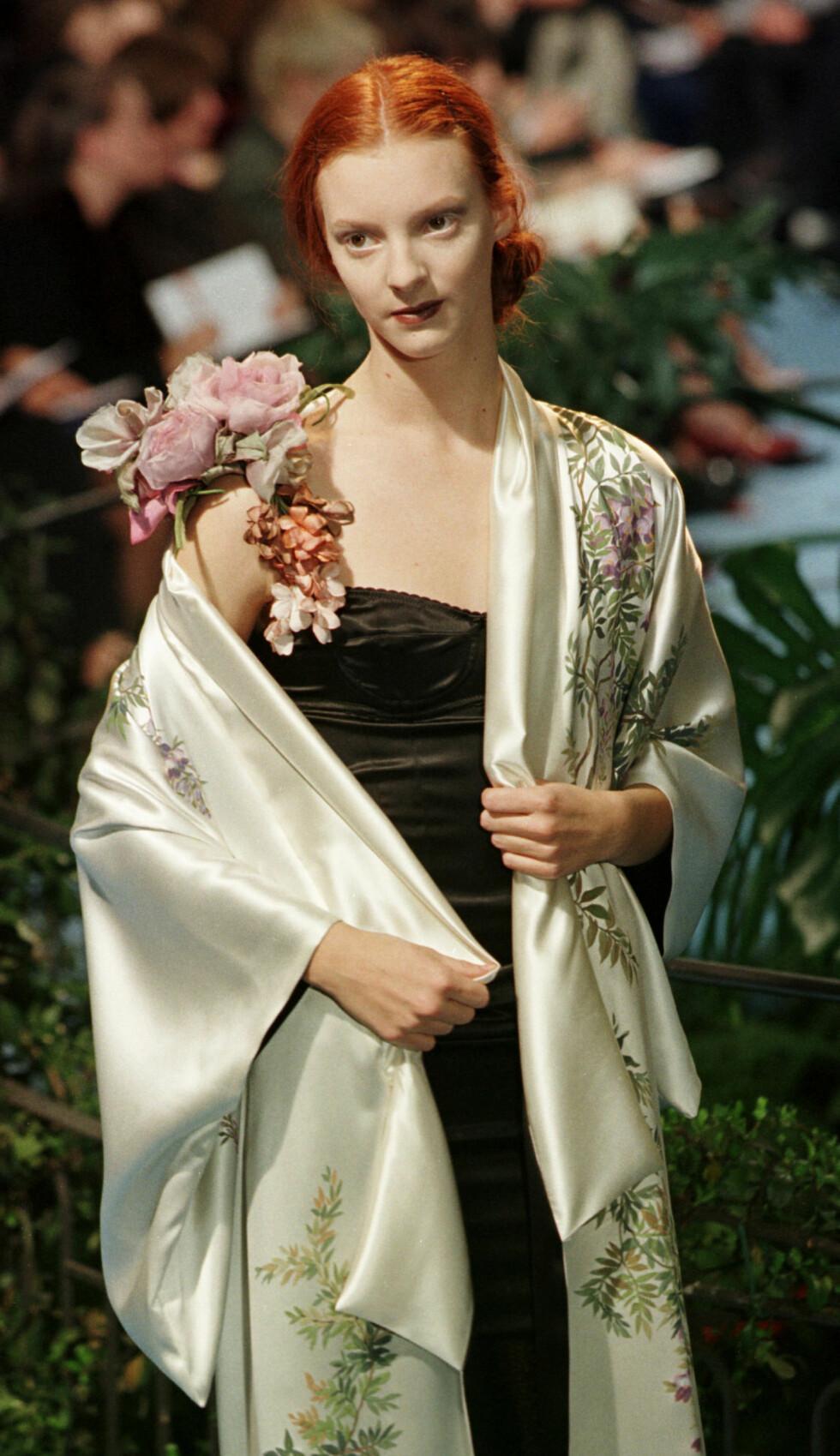 PÅ CATWALKEN: På det meste tjente Sunniva en halv million kroner i uken på det store røde håret og de irrgrønne øynene. Her på en jobb i Milano i 1997, på catwalken for Dolce & Gabbana. Foto: NTBScanpix