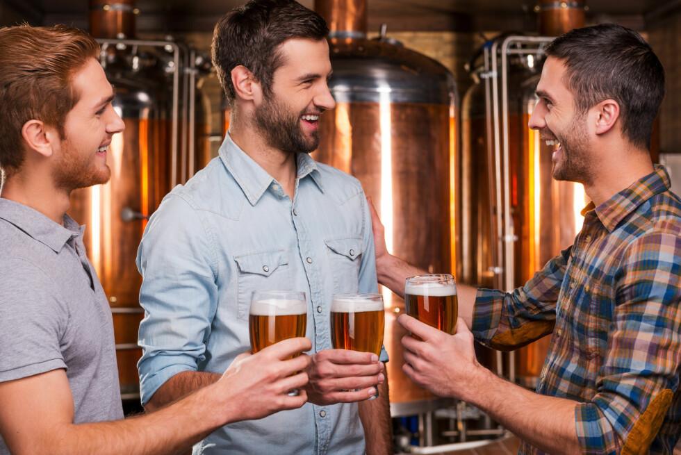 ØL FREMFOR RUSBRUS: Kjetil S. Østli skriver om en mann som ikke tør å innrømme at han liker rusbrus. Når han er med kamerater drikker han rusbrus på do og øl sammen med vennene.  Foto: Scanpix
