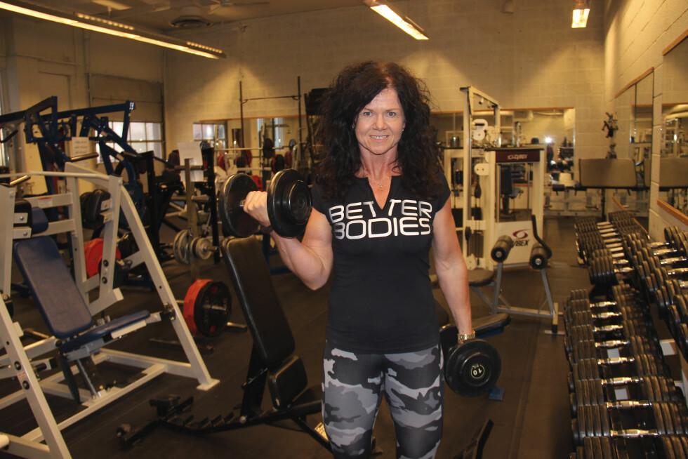 BYGGER MUSKLER: I dag jobber Wenche som personlig trener på Roars gym i Larvik. Når hun ikke trener andre, trener hun seg selv frem mot mesterskap i bodybuilding.  Foto: Lina Hekkli