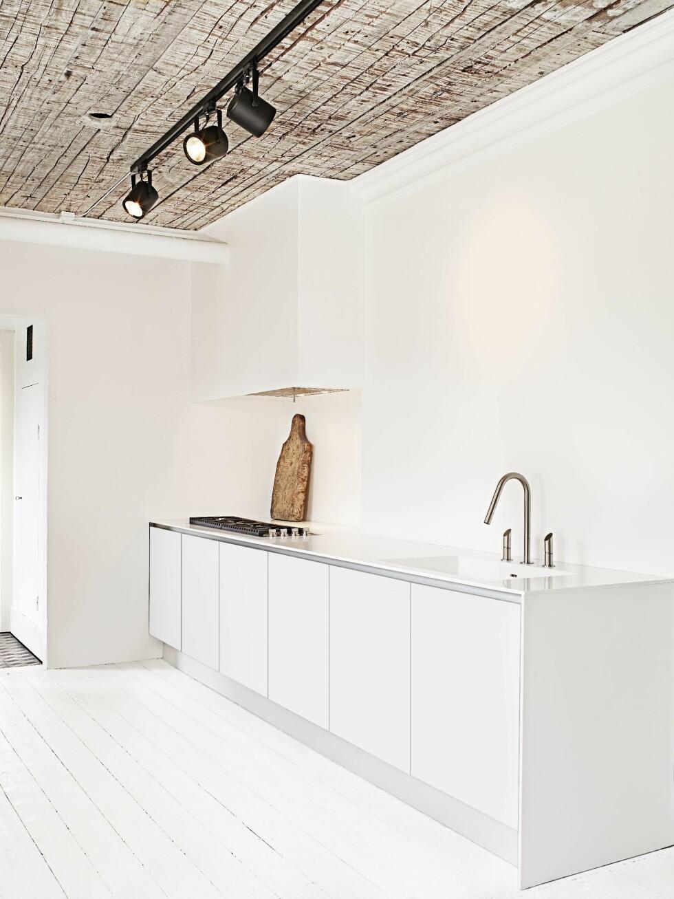 KJØKKENET: Har lekre detaljer - som resten av huset! Sjekk taket! Foto: Sara Svenningrud