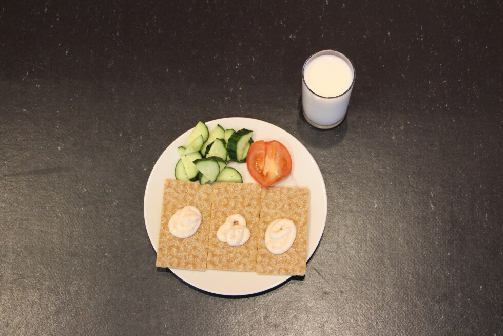 FROKOST: Du kan spise tre knekkebrød med baconost, samt drikke ett glass melk.  Foto: Ronja Rognmo