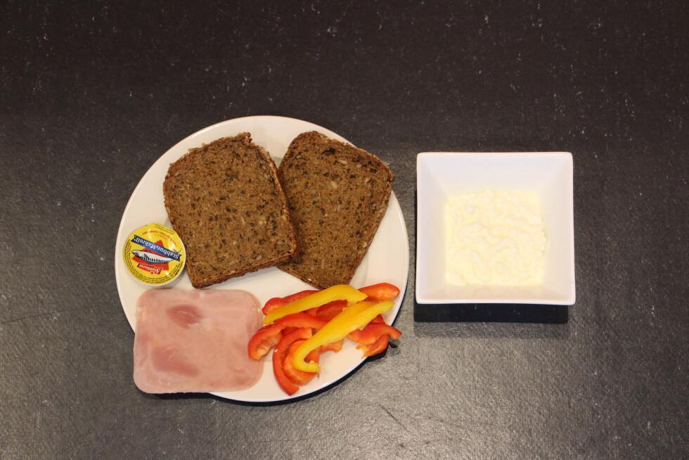 LUNSJ: Du kan spise to grove brødskiver med skinke og makrell i tomat, samt litt Cottage Cheese.  Foto: Ronja Rognmo