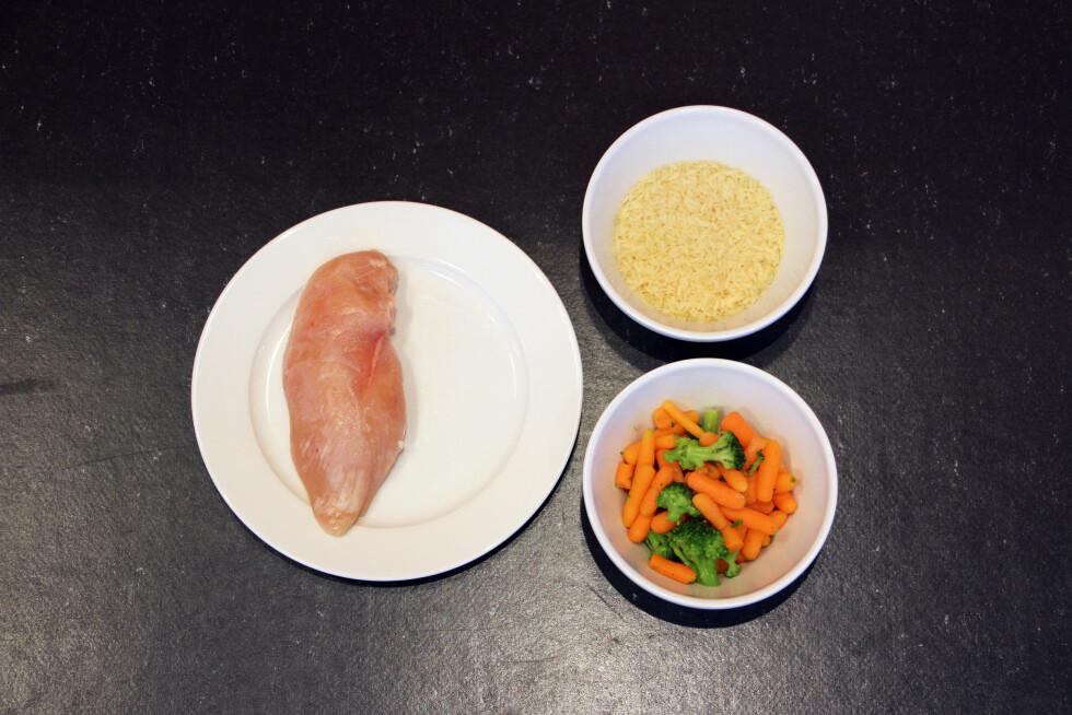 MIDDAG: Du kan spise én kyllingfilet med ris og grønnsaker ved siden av.  Foto: Ronja Rognmo