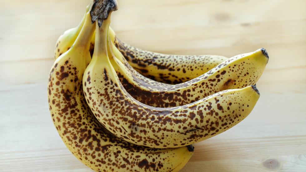 <strong>SLIK OPPBEVARER DU BANAN:</strong> Vil du ha bananer uten brune flekker bør du oppbevare dem i en plastpose i romtemperatur, vekk fra annen frukt.  Foto: Quade - Fotolia