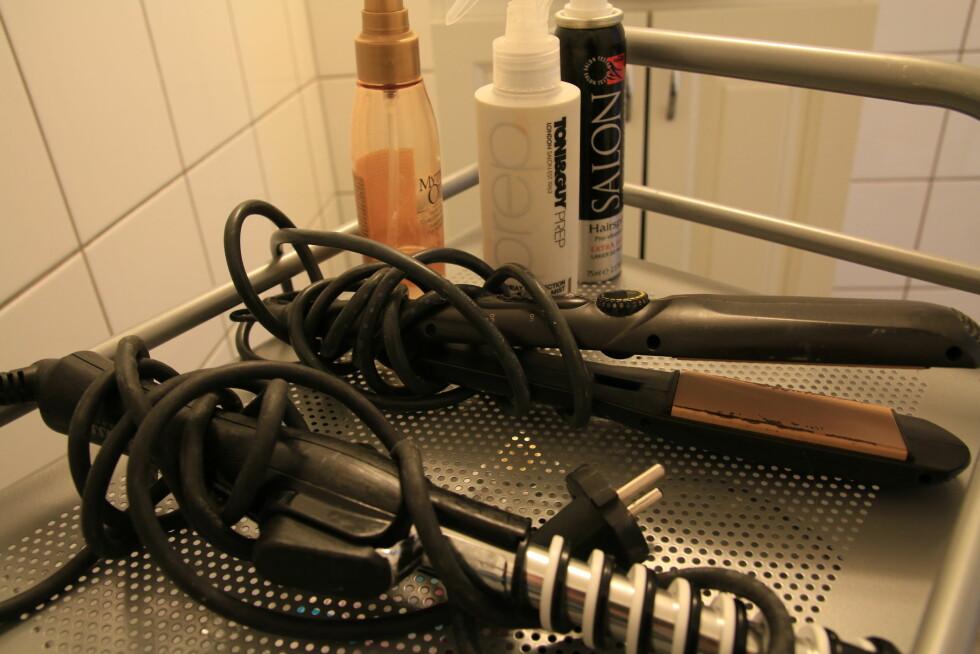 BØR VASKES: Rester etter hårspray kan gjøre at håret kleber seg fast i tanga, og dermed brekker.  Foto: Trine Solberg