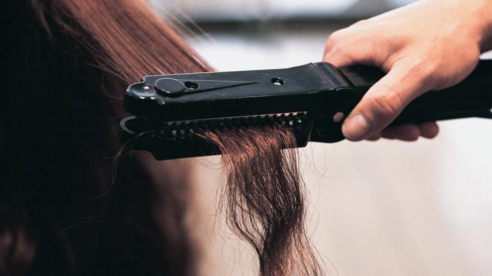 HUSK Å VASKE DEN: Retter eller krøller du håret, bør du huske å vaske tangen.  Foto: Scanpix