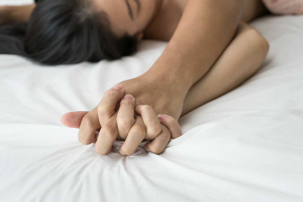 Young couple making love in bed focus on hand Foto: marchsirawit - Fotolia