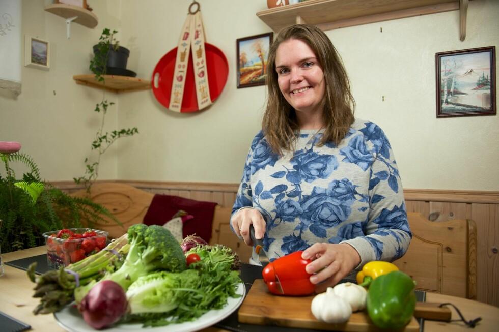LIKER Å LAGE MAT: Ingrid synes det er enkelt å tilberede lavkarbomat. Her på kjøkkenet hjemme hos foreldrene.