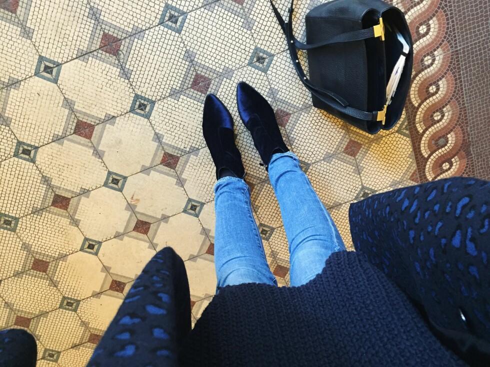 HELBLÅTT: Darja Barannik bruker skoene sine sammen med jeans, en strikkagenser og en blå kåpe! Foto: Darjabarannik.com