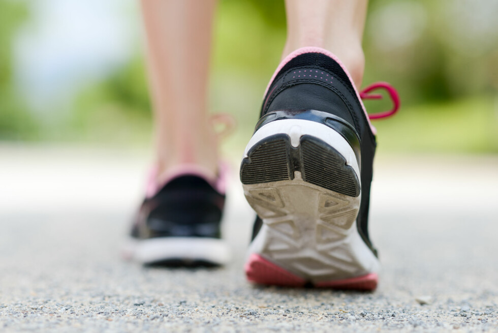 JOGGESKOEN: Ifølge fotterapeuten egner ikke joggeskoen seg som arbeidssko, fordi den passifiserer muskler og ledd. Foto: javiindy - Fotolia