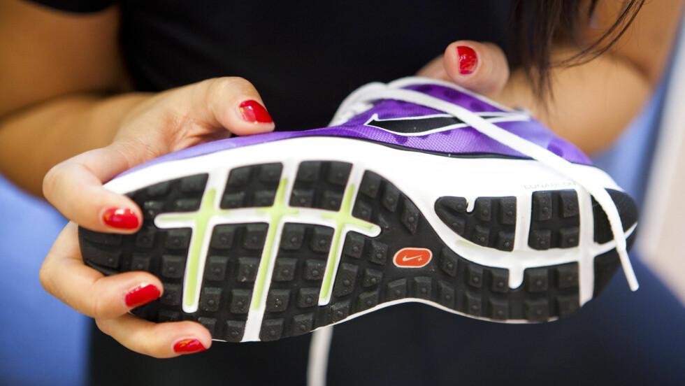SKO PÅ JOBB: Ifølge fotterapeut Henriette Aanesen er harde såler det beste for harde gulv. Men du bør faktisk unngå joggeskoene. Foto: Per Ervland
