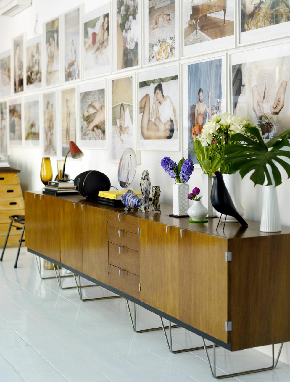 Teakmøbler fra 50-tallet og kunst står sentralt hjemme hos Gorka. Foto: Richard Powers/IDECOR images
