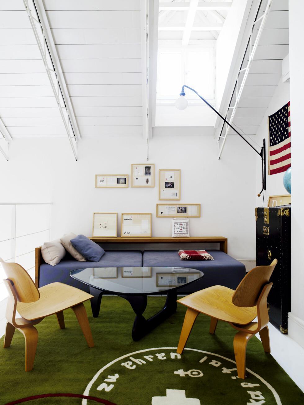 David Elfin har designet gulvteppet på messaninen, det heter Stamp. Sofabordet er fra Noguchi, stolene fra Eames. Dagsengen er fra E15.com. Kunst av David Elfin. Foto: Richard Powers/IDECOR images