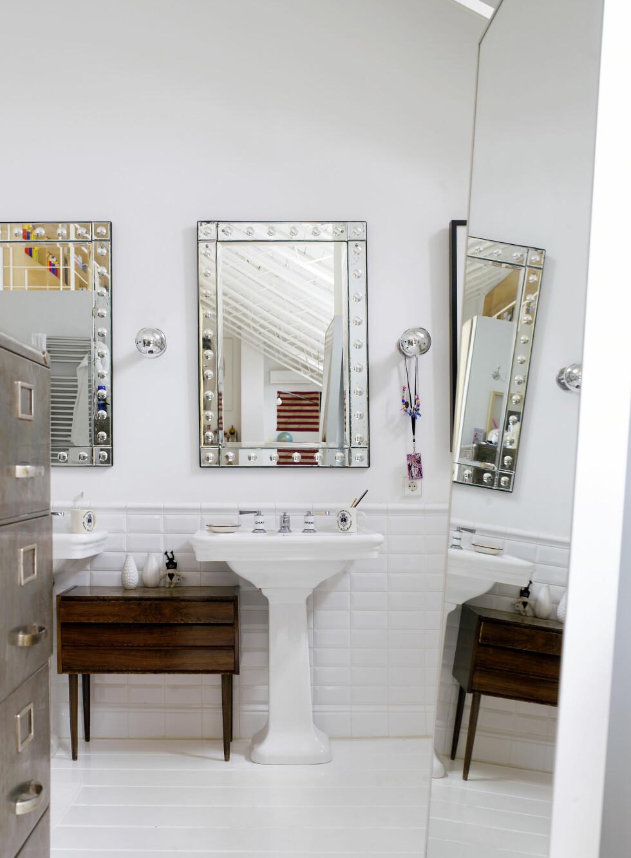 Kommoder, art deco-speil og lamper er funnet på lokale loppemarkeder. Arkivskapet er fra Zara Home. Foto: Richard Powers/IDECOR images