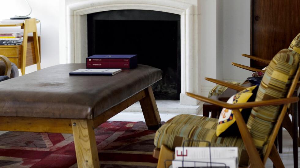 Spisebordet i eik er tysk design fra E15.com. Rundt det står stolene Charlotte Perriand designet i 1972. Foto: Richard Powers/IDECOR images