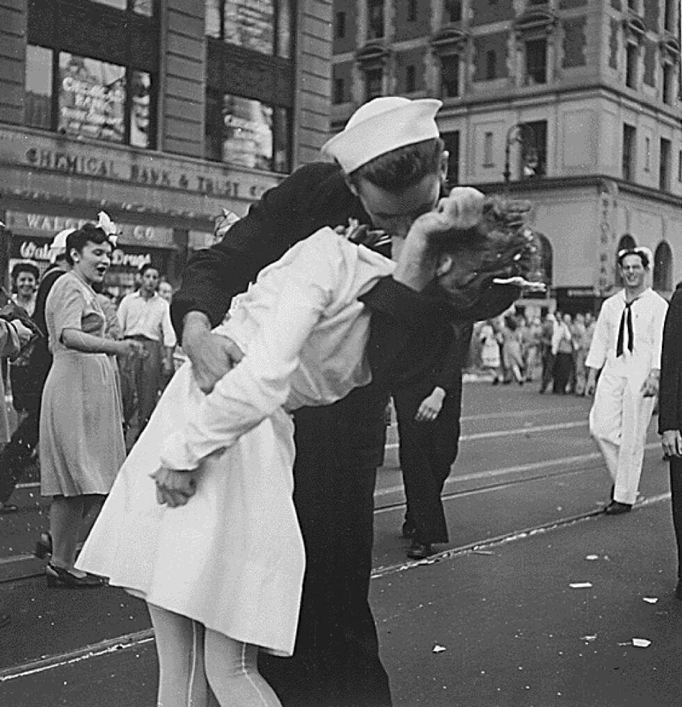 IKONISK: Dette kyssebildet tatt i Times Square i New York 14. august 1945, viser hvordan man bruker kyss for å uttrykke glede og ekstase. I dette øyeblikket hadde nemlig den amerikanske marinesoldaten Glenn Edward McDuffie fått vite at Japan hadde overgitt seg - og at 2. verdenskrig også var over for amerikanerne. Han tok derfor tak i nærmeste sykepleier og kysset henne av pur glede. Foto: NTB Scanpix