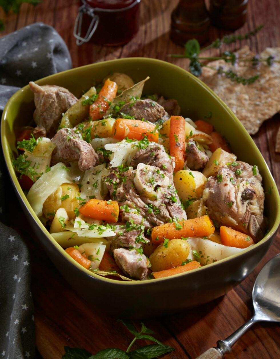 IRISH STEW: Dette er en klassisk lammerett fra Irland som minner mye om vår fårikål. Irish stew finnes i ulike varianter. I noen oppskrifter er grønnsakene most, i andre ikke. Grønnsaksortene kan også variere. Foto: Synøve Dreyer