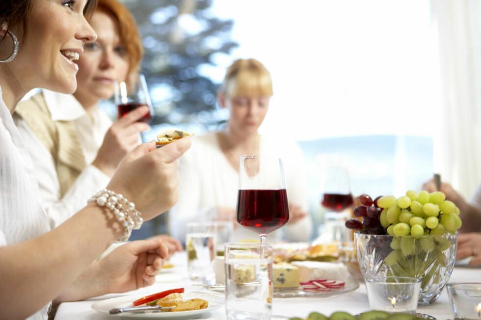 KAN TRIGGE MIGRENE: Vin med mye tanniner kan være med på å utløse migrene, men etter en ost- og vinkveld er det ikke sikkert det er vinen som har vært utløsende faktor for migrenen dagen etter.  Foto: Scanpix