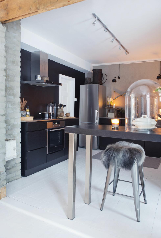 <strong>VARMT OG HØSTLIG:</strong> Ulike materialer på en enkel base gir et moderne og varmt kjøkken.  Foto: Yvonne Wilhelmsen