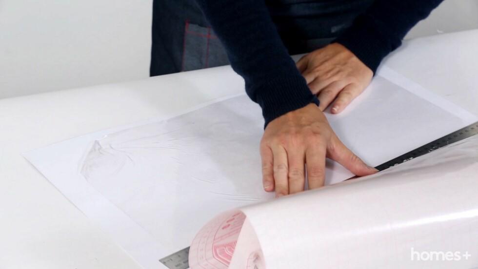 1. Plasser pappen på et slett underlag og press på kontaktpapiret. Press med en linjal for å få ut luftboblene. Foto: Bulls Press - Bauer Media Group