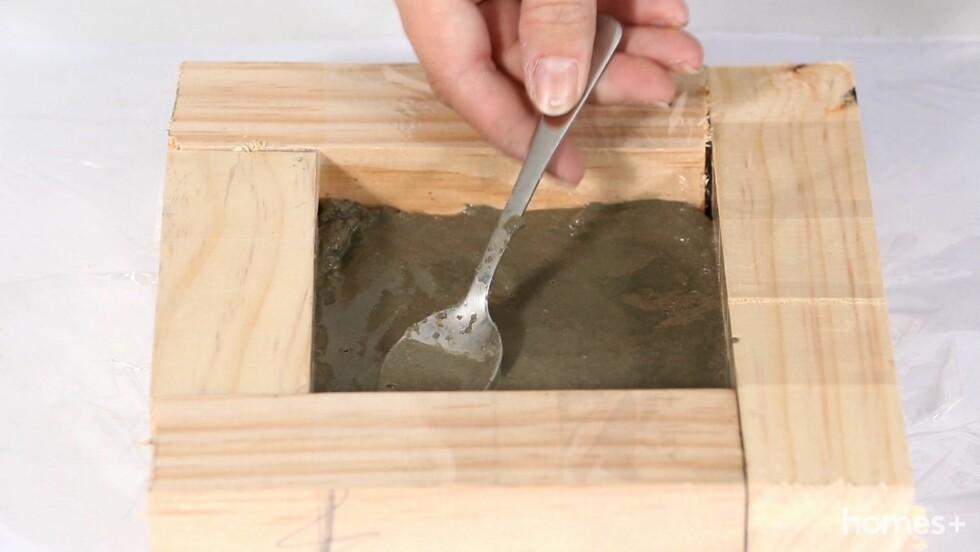 4. Hell betongen i trerammen, ca. 2 cm høyt, og la den tørke litt. Dette tar ca. 10 minutter.  Foto: Bulls Press - Bauer Media Group