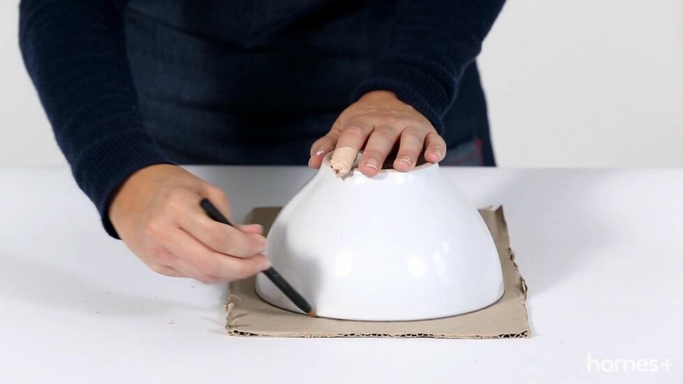 1. Skjær løs hver side av pappesken. Legg en side på en flat overflate. Sett bollen opp ned på pappen, og tegn rundt med blyant. Foto: Bulls Press - Bauer Media Group