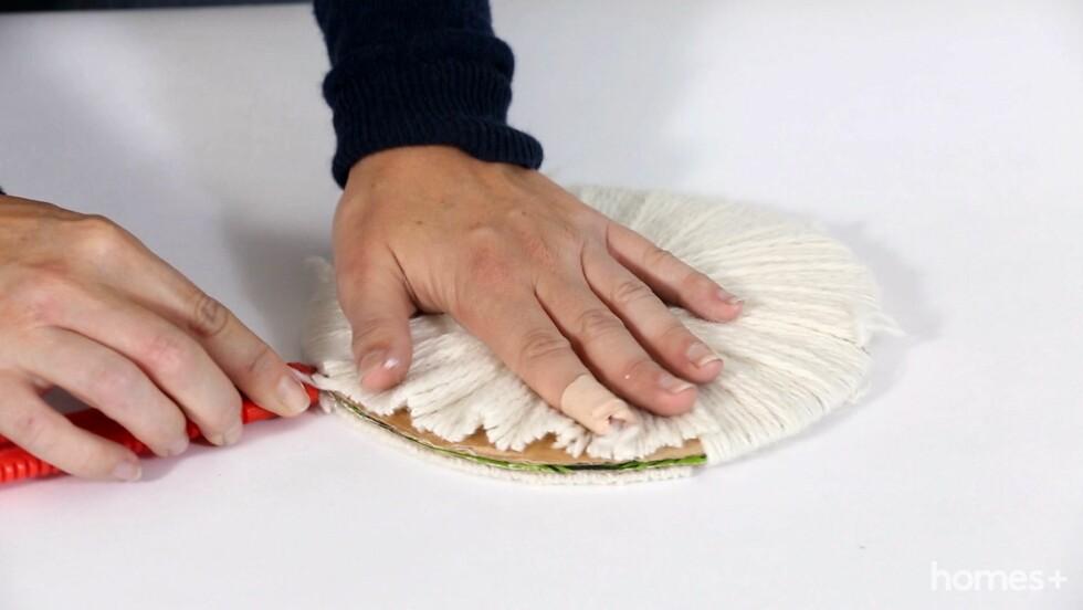5. Ta en kniv mellom pappskivene og skjær opp garnet langs ytterkanten.  Foto: Bulls Press - Bauer Media Group