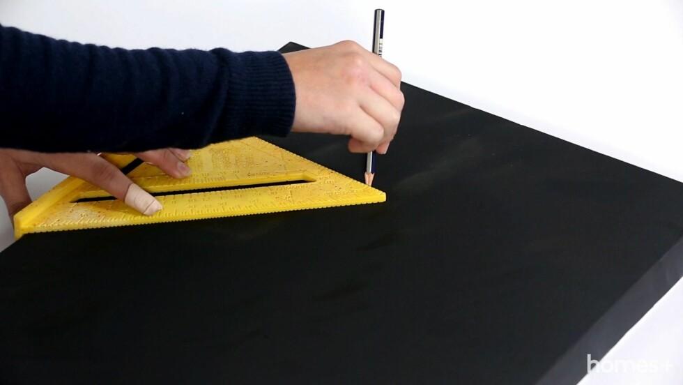 2. Lag rette linjer med blyant for bokstavene.  Foto: Bulls Press - Bauer Media Group