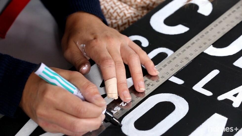 4. Bruk den svarte sprittusjen til å rette på det hvite, om det har sneket seg maling under sjablongen. Og vips, så er ditt nye skilt ferdig! Foto: Bulls Press - Bauer Media Group