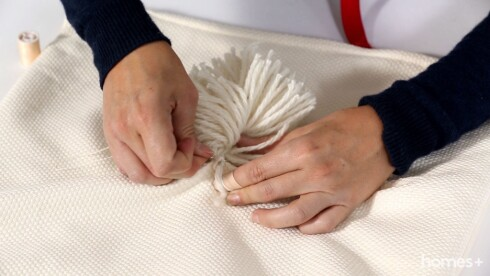 Practical ideas - DIY projects - Pompom cushions Foto: Bulls Press - Bauer Media Group