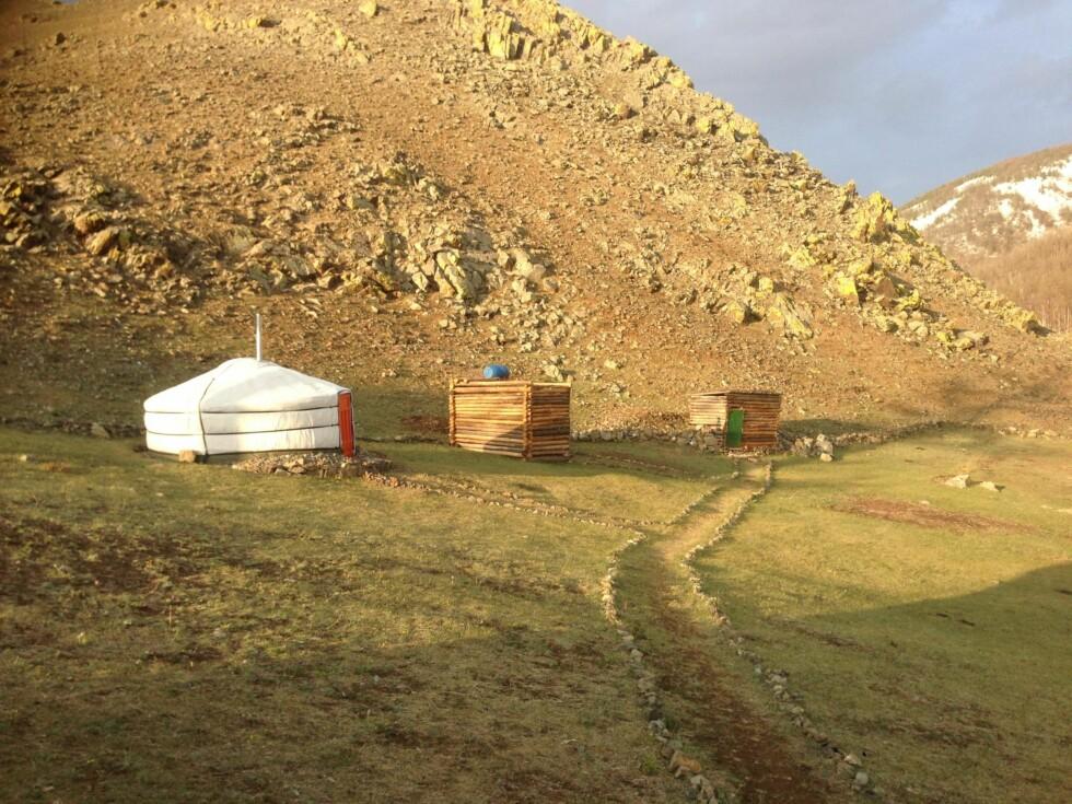 NOMADELIV: Tradisjonelle mongolske nomadetelt. Jeanett og familien har også bygget et utedo etter norsk modell, noe som er ren luksus i Mongolia.