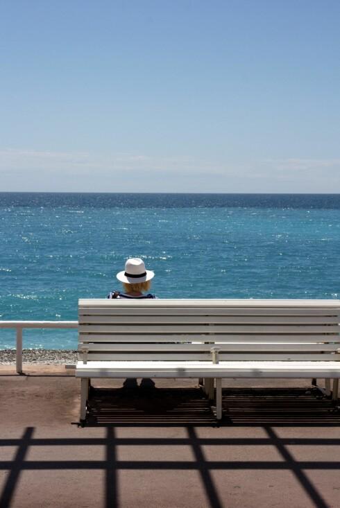 Finn roen: Ikke langt fra bygatene kan sitte på en benk og stirre ut over havets uendelighet. Foto: Jytte Boch