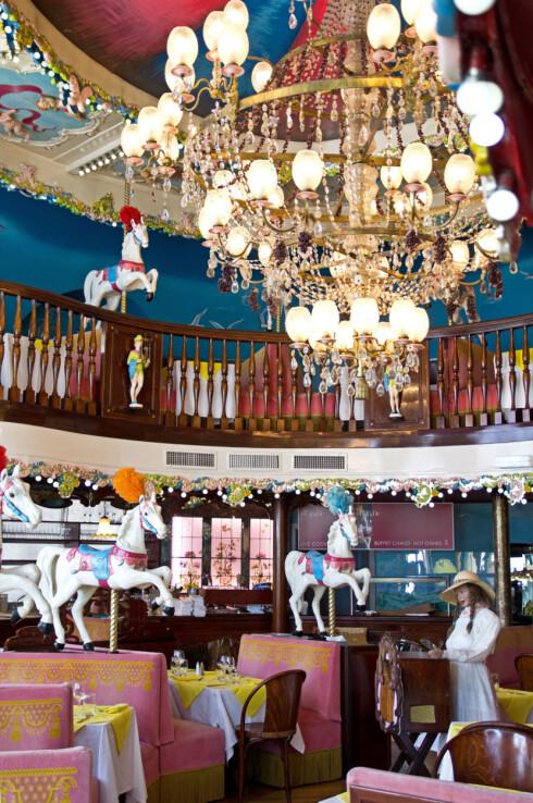 Fargerikt: Restaurant La Brasserie Rotondes fantastiske interiør ligner et sirkustelt. Foto: Jytte Boch