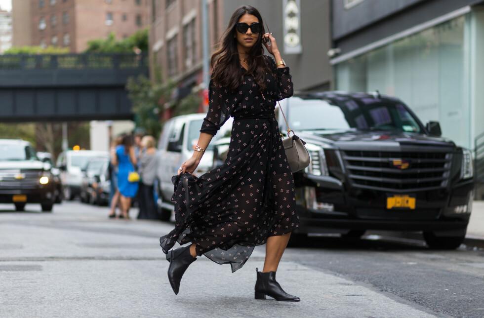 <strong>FRA NEW YORK FASHION WEEK:</strong> En fotsid, florlett kjole og masse smykker kan være kult til et par ankelstøvletter.  Foto: Wenn.com