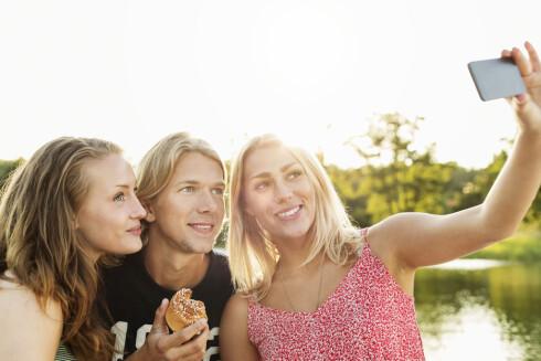 <strong>SELFIE:</strong> Vi skryter av morsomme opplevelser vi har med venner og bekjente og poster selfie etter selfie. Ingenting skal gå forbi udokumentert. Foto: Scanpix/NTB/Maskot