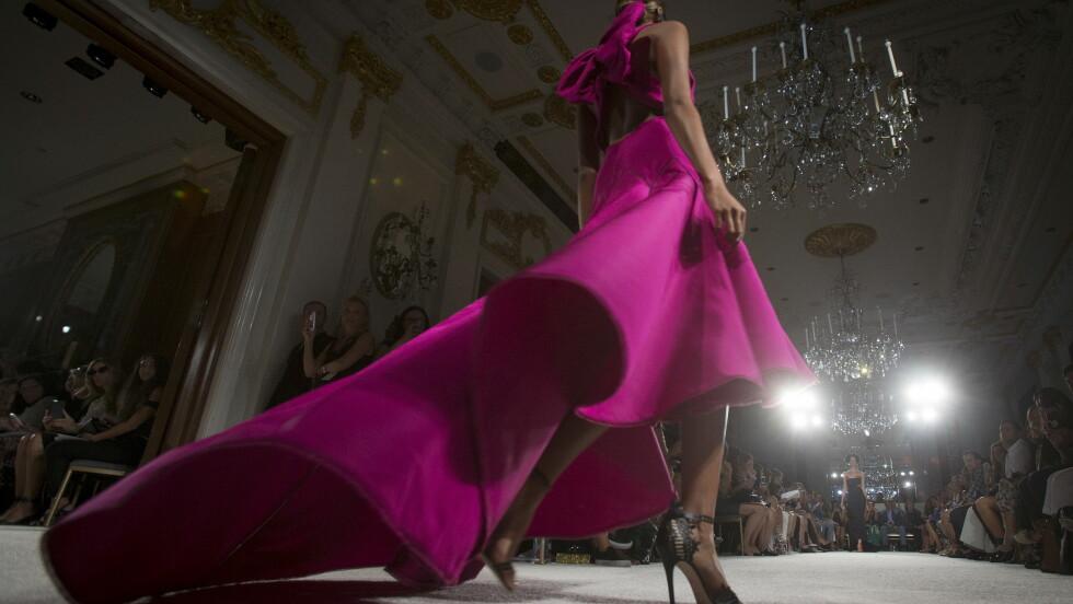FRA MOTEUKEN: Det er alltid like spennende å se om kjendisene vil bruke noen av kjolene vi så under New York Fashion Week. Denne er fra Marchesas vår/sommer-kolleksjon for 2016. Foto: Reuters