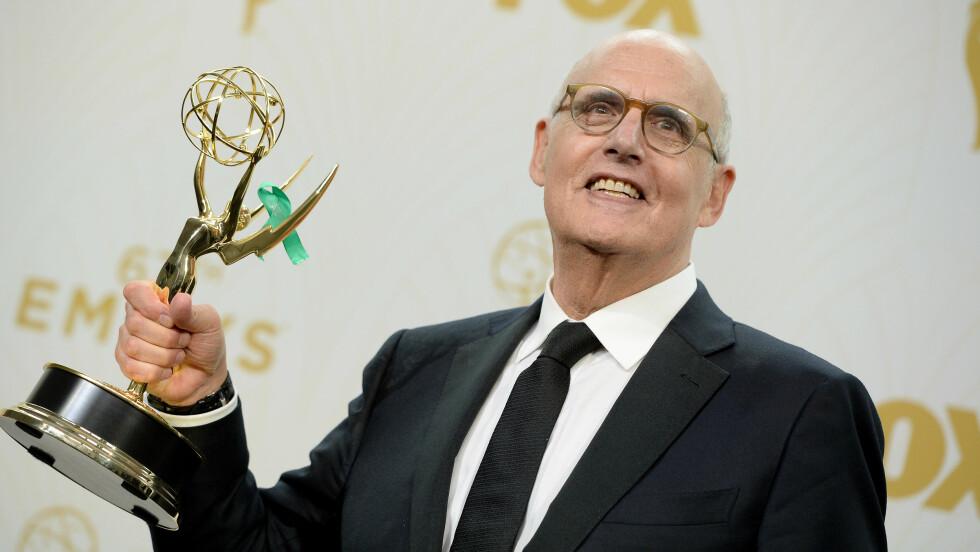 GRØNN SLØYFE: Jeffrey Tambor (71) poserer med Emmy-statuetten som for anledningen har fått en grønn sløyfe på seg. Flere har lurt på hvorfor noen av Hollywoods største stjerner hadde på seg nettopp dette. Her får du svaret! Foto: Abaca