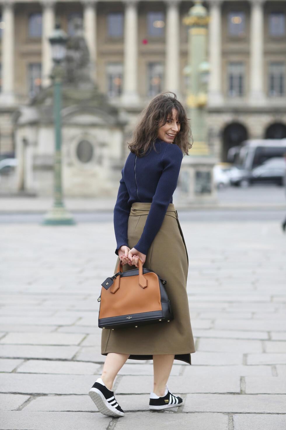 SNEAKERS: Moteblogger Irina Lakicevic rocker en av høstens store trender: sneakersene. Komfortabelt og kult! Foto: Scanpix