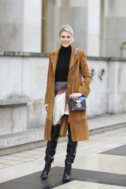 LÅRHØYE: Gjør som fashionistaen Sophie Valkiers og bruk støvlettene til 70-tallsfavoritter som den semskede skinnkåpen og pologenser.  Foto: Scanpix