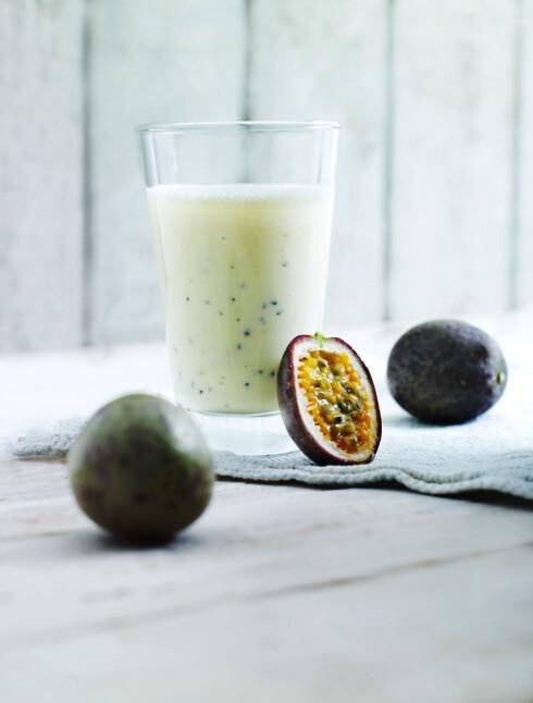TROPISK: Spennende smaker forenes i denne smoothien med ingefær, pasjonsfrukt, ananas og banan.  Foto: Lars Ranek