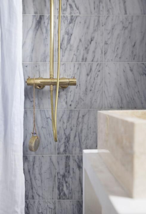 Marmorflisene og dusjbatteriet i messing er fra Flisekompaniet.  Foto: Yvonne Wilhelmsen
