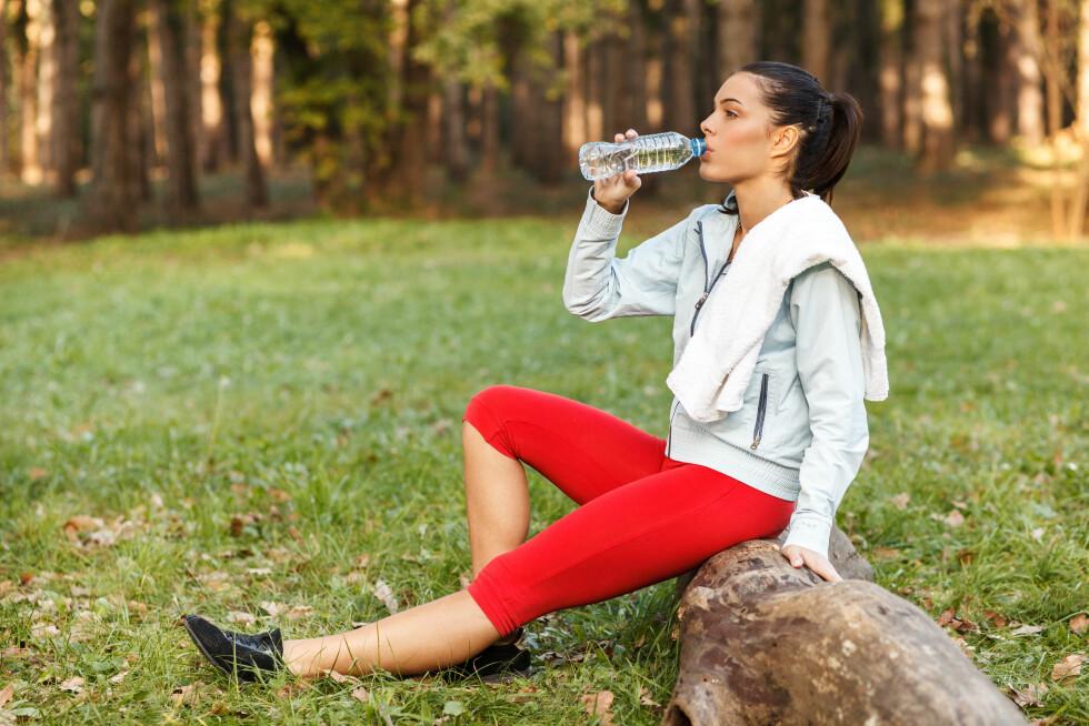DRIKK VANN: Eksperten mener at hverdagsmosjonister fint kan droppe sjokolademelken, og heller drikke vann etter trening.  Foto: djile - Fotolia