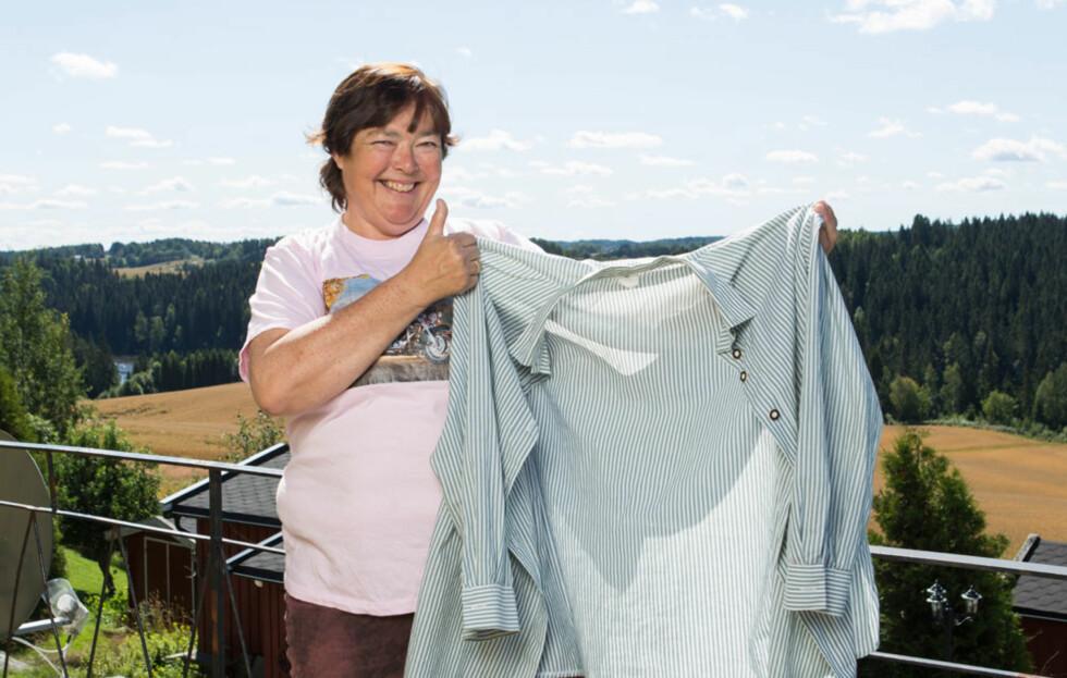 <strong>STØRRELSE 52:</strong> Denne skjorta hadde Rita på seg da hun kom til NIMI for drøyt to år siden. – Den er størrelse 52, men jeg kunne ikke kneppe den igjen, den var altfor trang, forteller hun. Foto: Ellen Johanne Jarli