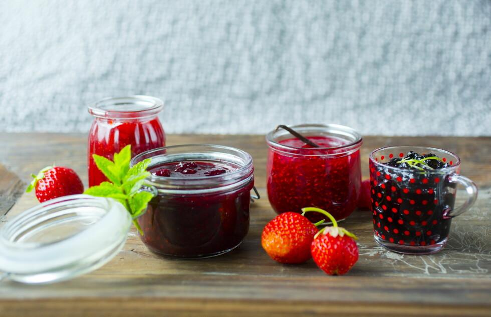 <strong>KAST:</strong> Syltetøy, saft, frukt og bær er matvarer som inneholder mye væske, og som derfor alltid bør kastes rett i søpla dersom de har fått mugg på seg. Foto:  SARA JOHANNESSEN / VG