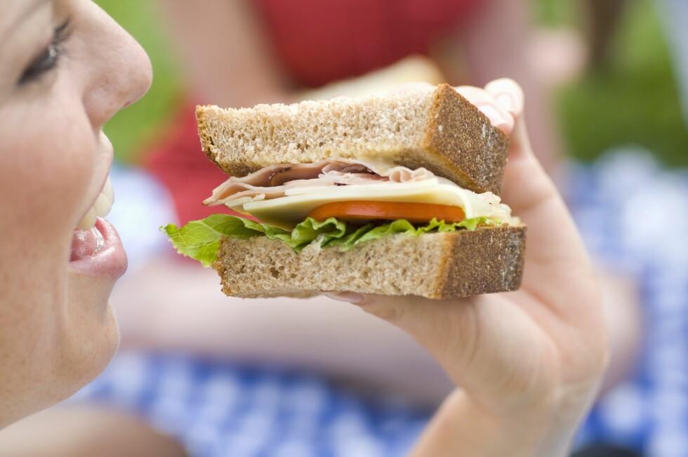<strong>KJAPP MAT:</strong> Selv om hverdagen er stressende bør du ikke stresse med måltidene. Det kan gå ut over både fordøyelsen og vekta. Foto: Scanpix/NTB