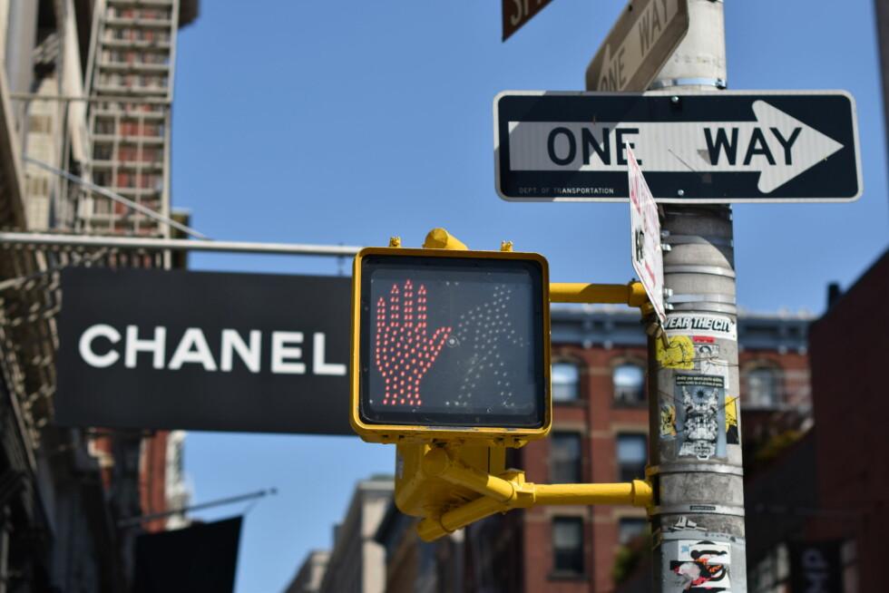 CHANEL: Utenfor Chanel-butikken i Soho, området der Kelly elsker å shoppe.  Foto: Nathalie Helgerud